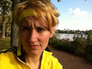 gelbe joggerin